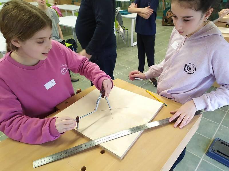 תלמידות כיתה ז׳ משרטטות מעגלים עם מחוגה