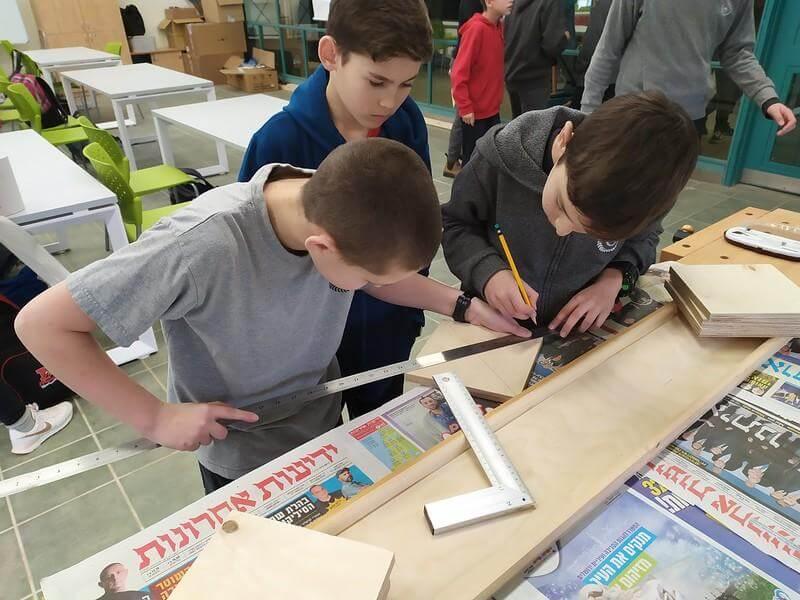 תלמידי כיתה ז׳ מחשבים את מרכז הריבוע